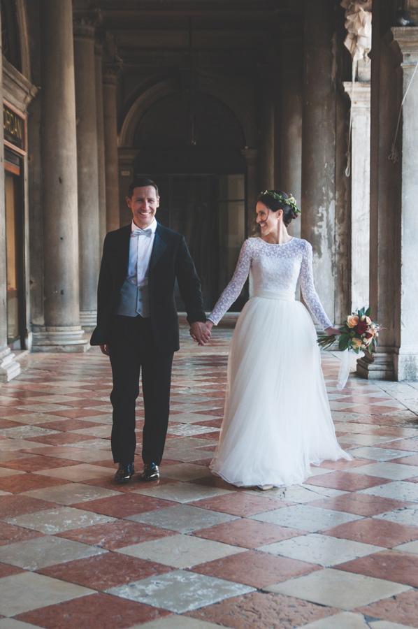 matrimonio bohochic a venezia piazza san marco foto sposi