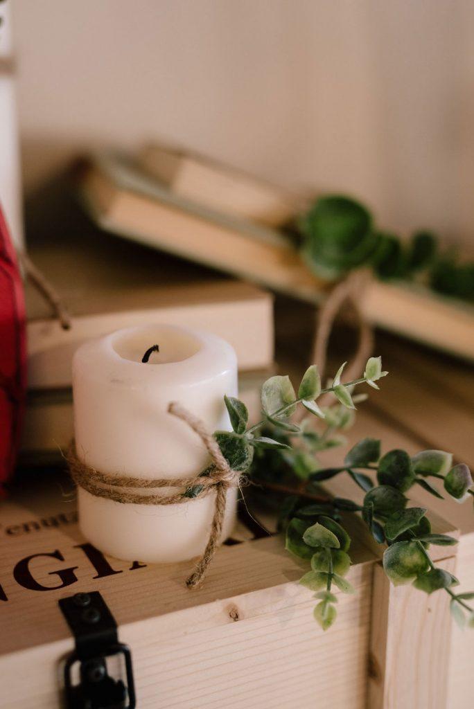 personalizzazione candela allestimento con eucalipto