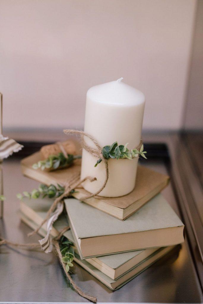 dettaglio allestimento con candele e libri
