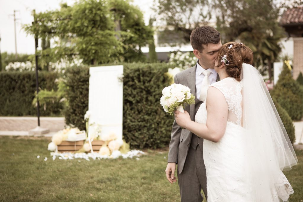 matrimonio rustico in campagna dettaglio bacio sposi