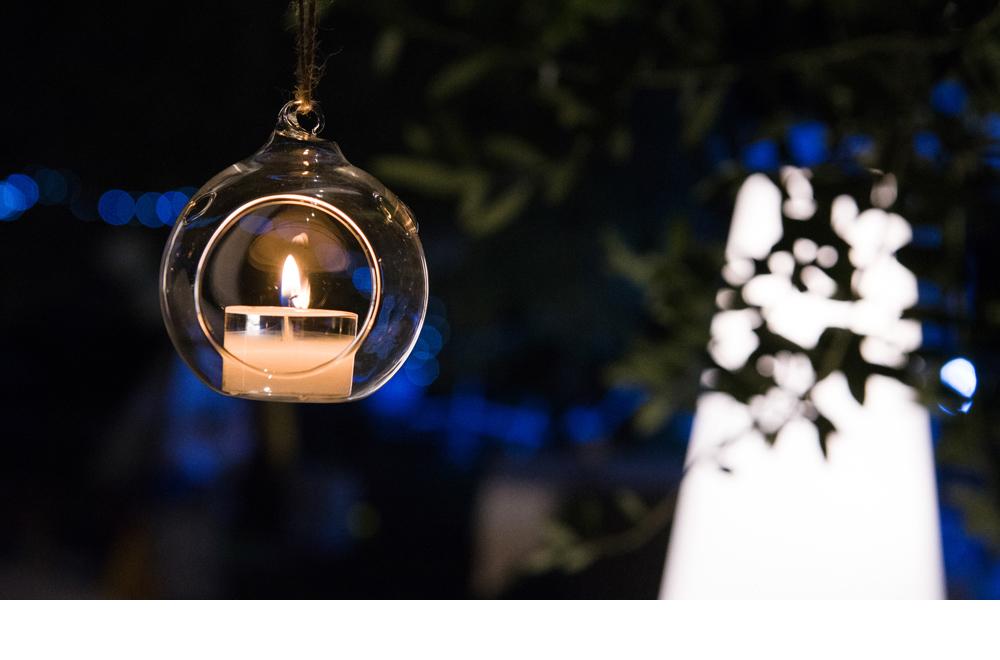 globi vetro appesi alberi matrimonio atmosfera serale